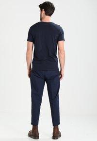 Timberland - CREW LINEAR  - Print T-shirt - dark sapphir - 2