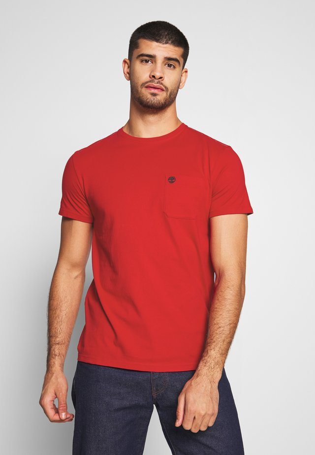 DUNSTAN RIVER POCKET SLIM TEE - Jednoduché triko - barbados cherry