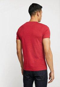 Timberland - DUNSTAN CREW TEE - T-shirt basic - rio red - 2