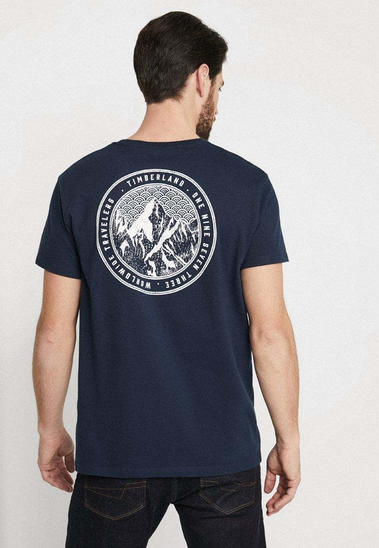 Timberland - KENNEBEC RIVER BACK GRAPHIC REGULAR TEE - T-Shirt print - dark sapphire