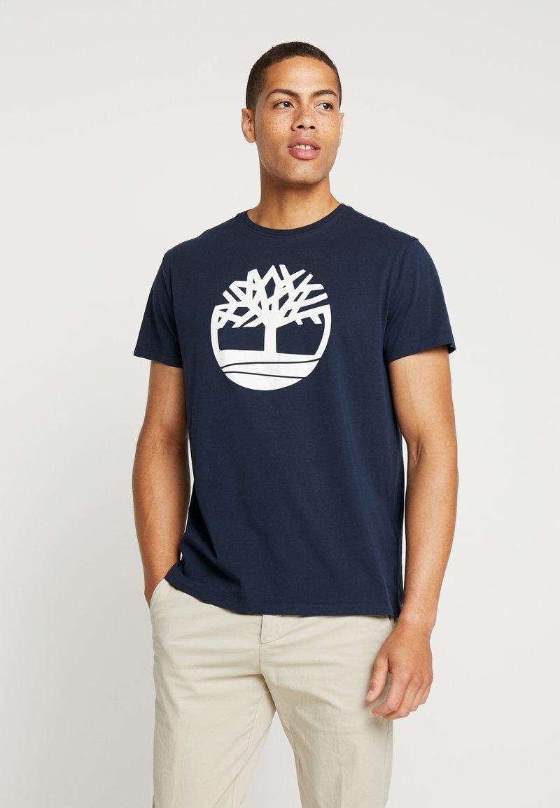 Timberland - KENNEBEC RIVER BRAND REGULAR TEE TREE LINEAR - T-shirt z nadrukiem - dark sapphire