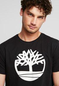Timberland - KENNEBEC RIVER BRAND REGULAR TEE TREE LINEAR - Camiseta estampada - black - 4