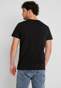 Timberland - KENNEBEC RIVER BRAND REGULAR TEE TREE LINEAR - Camiseta estampada - black - 2