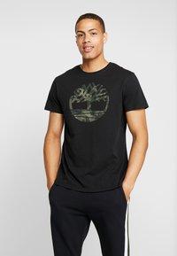 Timberland - KENNEBEC RIVER SEASONALBRAND REGULAR TREE TEE - T-shirt con stampa - black - 0