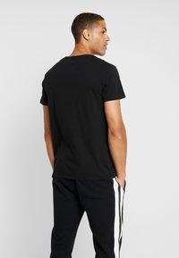 Timberland - KENNEBEC RIVER SEASONALBRAND REGULAR TREE TEE - T-shirt con stampa - black - 2