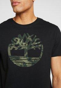 Timberland - KENNEBEC RIVER SEASONALBRAND REGULAR TREE TEE - T-shirt con stampa - black - 4