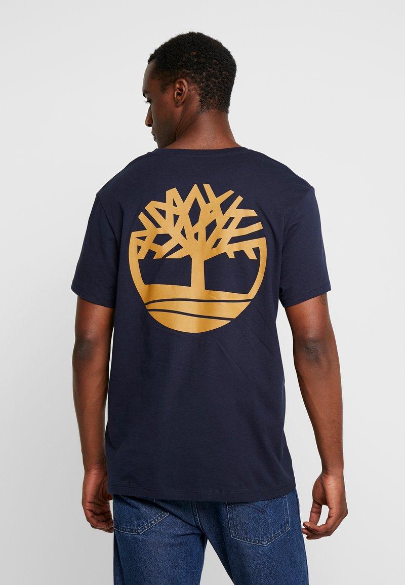 Timberland - LOGO TEE - Camiseta estampada - dark sapphire/wheat boot