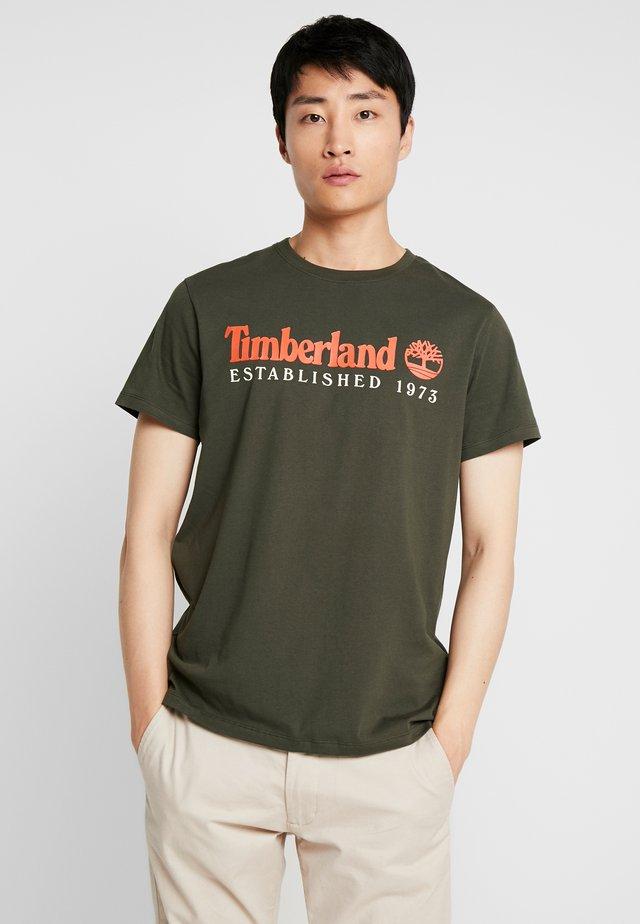 ESTABLISHED TEE - Print T-shirt - duffel bag