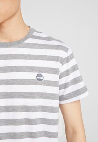 Timberland - STRIPED TEE - Print T-shirt - medium grey heather - 5