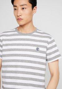 Timberland - STRIPED TEE - Print T-shirt - medium grey heather - 3