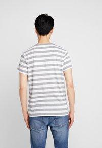 Timberland - STRIPED TEE - Print T-shirt - medium grey heather - 2