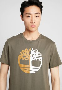 Timberland - TREE LOGO TEE - Print T-shirt - grape leaf - 3