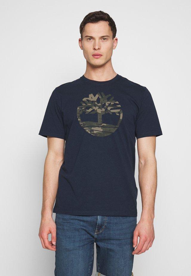 KENNEBEC RIVER CAMO TREE TEE - T-Shirt print - dark sapphire