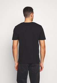 Timberland - CUT SEW COLORBLOCK TEE - T-shirt con stampa - black-wheat boot - 2