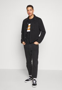 Timberland - CUT SEW COLORBLOCK TEE - T-shirt con stampa - black-wheat boot - 1