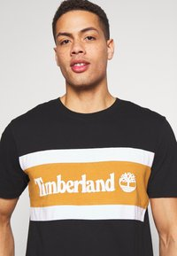 Timberland - CUT SEW COLORBLOCK TEE - T-shirt con stampa - black-wheat boot - 4