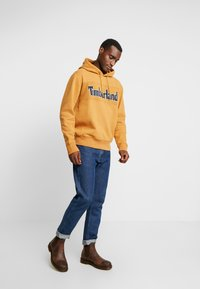 Timberland - CONNECTICUT RIVER HERITAGE CUT SEW LOGO HOODIE - Hoodie - wheat boot - 1