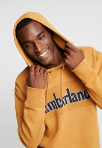 Timberland - CONNECTICUT RIVER HERITAGE CUT SEW LOGO HOODIE - Hoodie - wheat boot - 3
