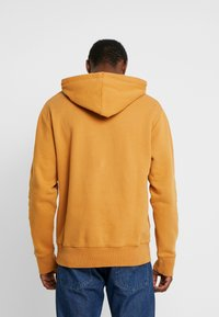 Timberland - CONNECTICUT RIVER HERITAGE CUT SEW LOGO HOODIE - Hoodie - wheat boot - 2