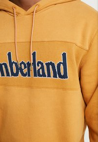 Timberland - CONNECTICUT RIVER HERITAGE CUT SEW LOGO HOODIE - Hoodie - wheat boot - 5