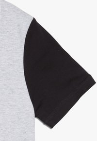 Timberland - Print T-shirt - grey/black - 4