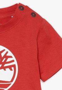 Timberland - SHORT SLEEVES TEE - Print T-shirt - red - 2