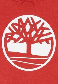 Timberland - SHORT SLEEVES TEE - Print T-shirt - red - 4