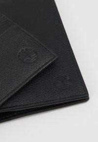 Timberland - CREDIT CARD AND PASSPORT COVER GIFT SET - Peněženka - black - 3
