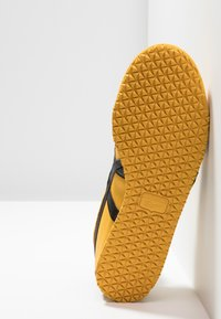Onitsuka Tiger - MEXICO 66 - Sneakers laag - yellow/black - 4