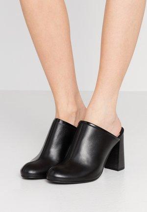 CARUS - Pantofle na podpatku - black