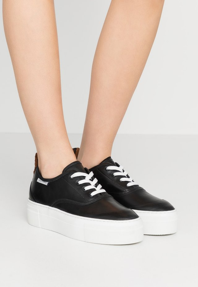 STILOBATE - Sneaker low - black