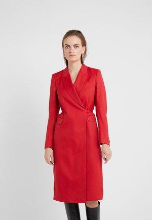 IRISS - Pouzdrové šaty - wicked red