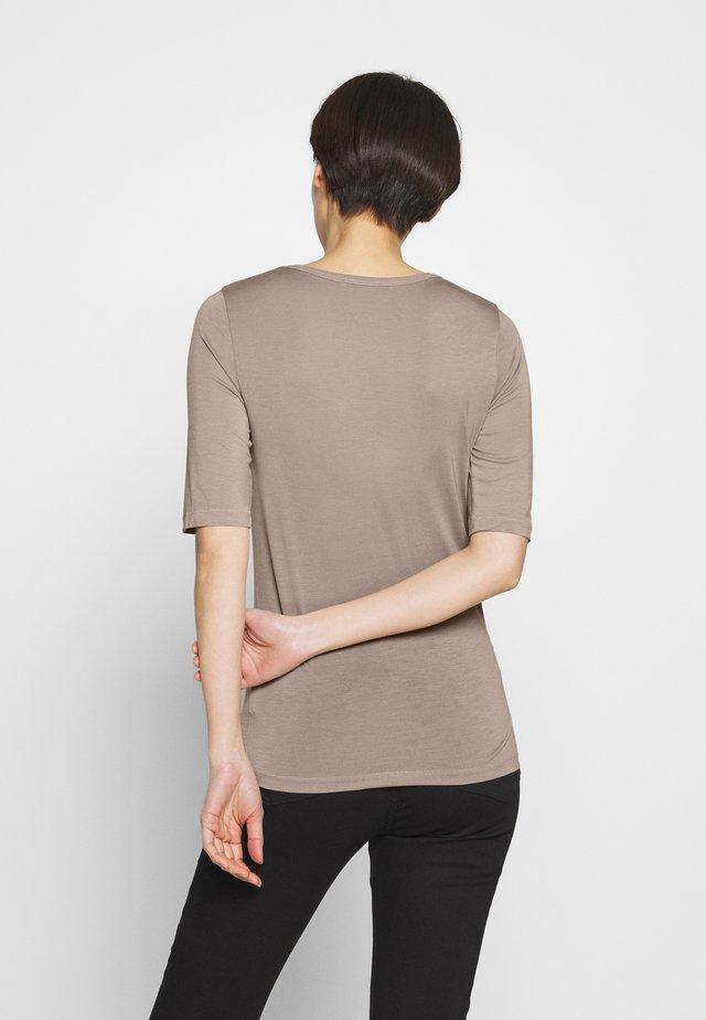 LERNA - T-shirt med print - pale mocha