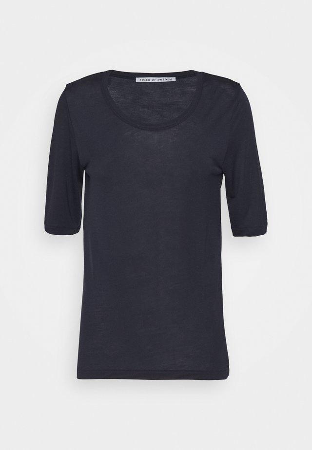 LERNA - Jednoduché triko - dark sapphire