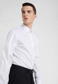 Tiger of Sweden - FERENE SLIM FIT - Camicia elegante - white - 3