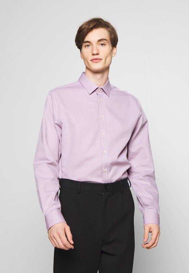 FERENE - Kostymskjorta - pink
