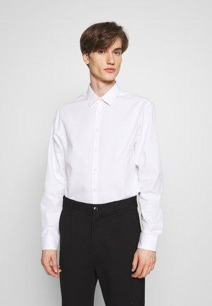 FERENE - Kostymskjorta - white