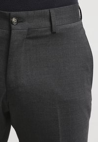 Tiger of Sweden - HERRIS - Pantaloni eleganti - dark grey - 4