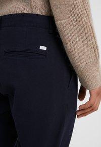 Tiger of Sweden - TRANSIT  - Pantalones chinos - light ink - 5