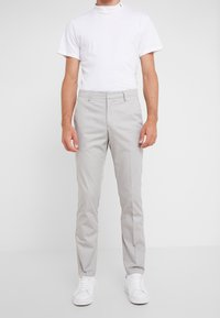Tiger of Sweden - TAPEMAIN - Pantalon classique - light gray - 0