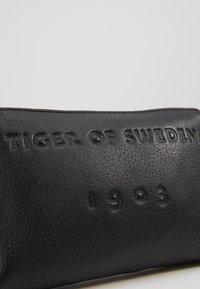 Tiger of Sweden - BOALT - Taška spříčným popruhem - black - 5