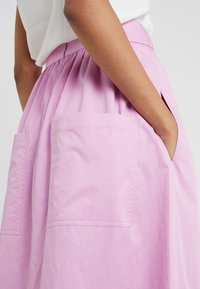 Tibi - SMOCKED WAISTBAND - Gonna a campana - pink - 5