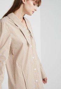 Tibi - KAIA FLARED SHIRT DRESS - Skjortekjole - khaki/white - 4