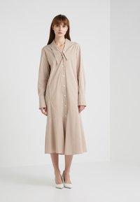 Tibi - KAIA FLARED SHIRT DRESS - Skjortekjole - khaki/white - 1