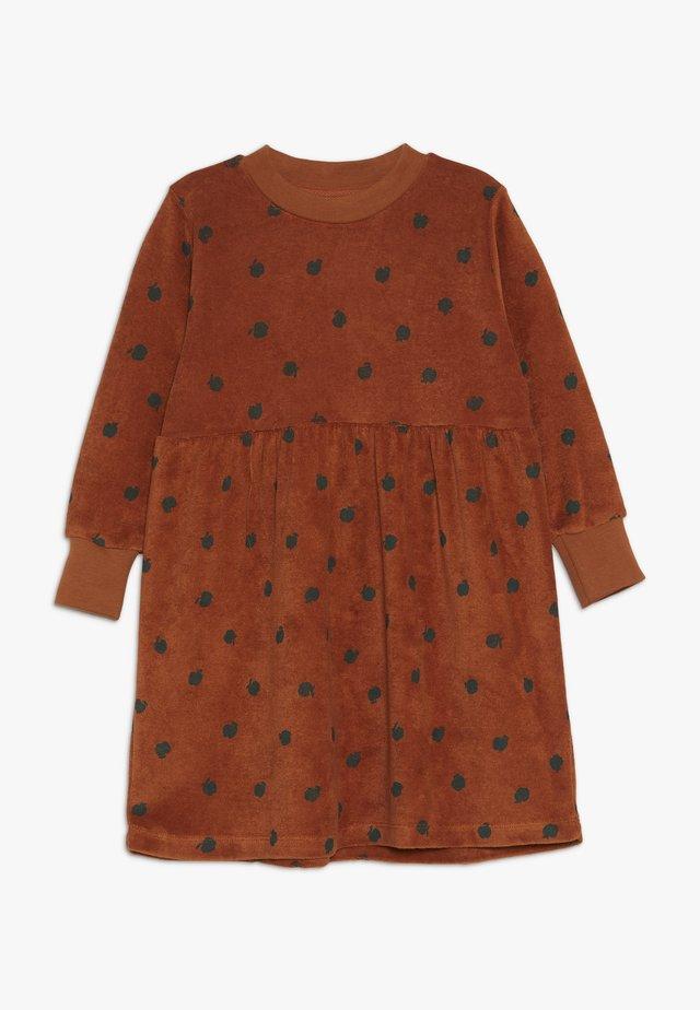 SMALL APPLES DRESS - Denní šaty - brown/bottle green