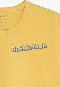 TINYCOTTONS - BUBBLE YEAH CROP TEE - Print T-shirt - canary/ultramarine - 3