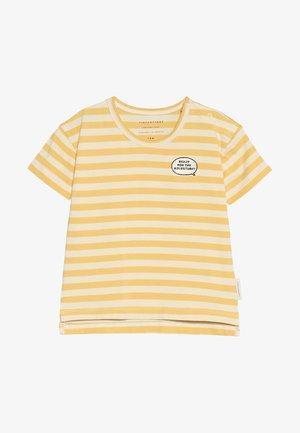 ADVENTURE STRIPES TEE - T-shirt z nadrukiem - cream/canary