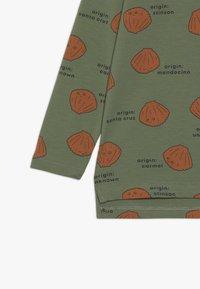 TINYCOTTONS - SHELLS TEE - Bluzka z długim rękawem - green wood/brown - 2