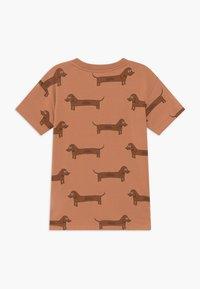 TINYCOTTONS - IL BASSOTTO TEE - Camiseta estampada - tan/ brown - 1