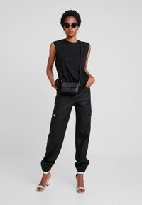 Tiger Mist - JETT CARGO PANT - Trousers - black - 1